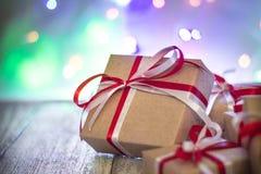 圣诞节反对bokeh背景的礼物盒 3d美国看板卡上色展开标志问候节假日信函国民形状范围 图库摄影