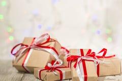 圣诞节反对bokeh背景的礼物盒 3d美国看板卡上色展开标志问候节假日信函国民形状范围 免版税库存图片