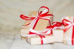 圣诞节反对bokeh背景的礼物盒 3d美国看板卡上色展开标志问候节假日信函国民形状范围 库存图片