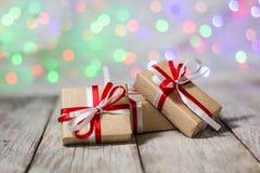 圣诞节反对bokeh背景的礼物盒 3d美国看板卡上色展开标志问候节假日信函国民形状范围 免版税库存照片