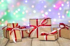 圣诞节反对bokeh背景的礼物盒 3d美国看板卡上色展开标志问候节假日信函国民形状范围 库存照片
