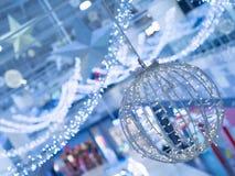 圣诞节和一个新年美妙地装饰和阐明的内部 免版税库存图片