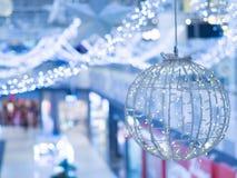 圣诞节和一个新年美妙地装饰和阐明的内部 免版税库存照片