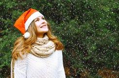圣诞节和人概念-冬天帽子的愉快的女孩 图库摄影