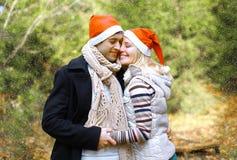 圣诞节和人概念-在爱的愉快的俏丽的夫妇 库存图片