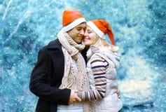 圣诞节和人概念-在爱的愉快的年轻夫妇 库存图片
