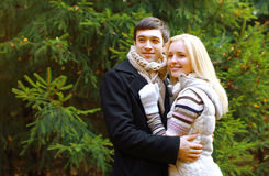 圣诞节和人概念-愉快的俏丽的夫妇 免版税库存照片