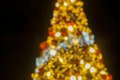 圣诞节和季节问候概念-圣诞树轻的闪烁和闪闪发光bokeh  库存图片