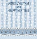 圣诞节和新年与蓝色条纹的贺卡加点星和白色雪花 向量例证