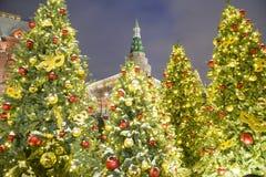 圣诞节和新年假日照明在晚上,克里姆林宫在莫斯科,俄罗斯 库存图片