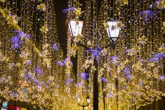 圣诞节和新年假日照明室外在城市街道在晚上 免版税图库摄影