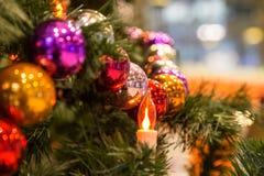 圣诞节和新年假日背景、球诗歌选和一个圣诞节蜡烛 库存图片