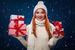 圣诞节和新年假日 拿着在冬天背景的愉快的妇女礼物盒在黑星期五 在圣诞节的销售 库存照片