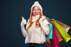 圣诞节和新年假日 拿着在冬天背景的愉快的妇女礼物盒在黑星期五 在圣诞节的销售 库存图片