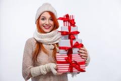 圣诞节和新年假日 拿着在白色背景的愉快的妇女礼物盒在黑星期五 复制空间 库存照片
