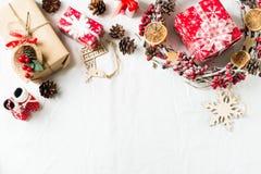 圣诞节和新年平的被放置的装饰与花圈和礼物盒在白色backround 免版税库存照片