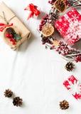圣诞节和新年平的被放置的装饰与花圈和礼物盒在白色backround 免版税库存图片