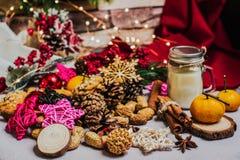 圣诞节和新年庆祝桌与诗歌选,玩具,曲奇饼,桂香,杉木锥体,wallnuts的装饰背景和 图库摄影