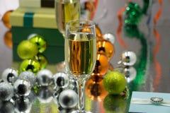 圣诞节和新年庆祝用香槟 新年假日装饰了桌 两块香宾玻璃,被定调子的葡萄酒 免版税库存图片