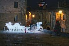 圣诞节和新年庆祝的装饰 从鹿和雪撬灯笼的雕塑圣诞老人的 marino圣 库存照片