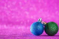 圣诞节和新年度背景 在桃红色的发光的圣诞节球 免版税库存照片