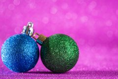 圣诞节和新年度背景 在桃红色的发光的圣诞节球 免版税图库摄影