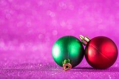 圣诞节和新年度背景 在桃红色的发光的圣诞节球 库存照片
