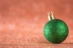 圣诞节和新年度背景 在红色H的发光的圣诞节球 库存照片