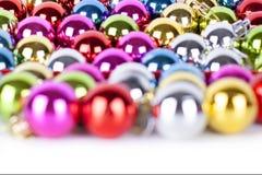 圣诞节和新年明亮的多彩多姿的玻璃装饰球的样式、装饰品,发光的光和闪闪发光,bokeh 免版税库存图片