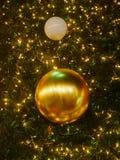 圣诞节和新年的庆祝的金黄背景 幸福和喜悦 库存图片