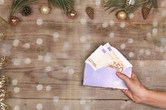 圣诞节和新年的金钱礼物 免版税库存照片