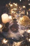圣诞节和新年背景-与行情`的玻璃球微笑是最俏丽的您能佩带`的事,蜡烛和圣诞节ligh 库存图片