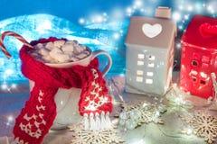 圣诞节和新年舒适假日构成用桂香、围巾、杉木锥体、杯子用可可粉或巧克力 免版税库存图片