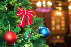 圣诞节和新年装饰了与礼物和新年树的内部 库存照片