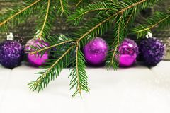 圣诞节和新年装饰树增加的玩具被定调子的和bokeh 库存图片