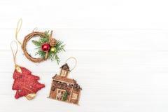 圣诞节和新年装饰由与新年装饰品的壁角框架制成 免版税库存照片