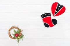 圣诞节和新年装饰由壁角框架制成与新年装饰心脏和起动 免版税库存照片