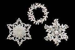 圣诞节和新年装饰:雪花的小雕象 是 库存照片