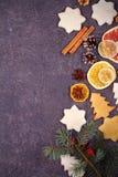 圣诞节和新年边界或者框架在难看的东西木背景 寒假概念 看法从上面,顶面演播室射击 图库摄影