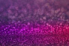 圣诞节和新年`的s五颜六色的紫色桃红色bokeh光闪烁背景天 库存图片