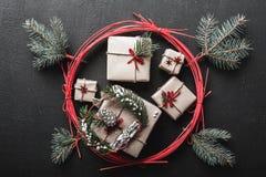 圣诞节和新年` s天与一个红色圈子寒假围拢的许多礼物的贺卡,以假日为特色 库存照片
