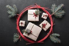 圣诞节和新年` s天问候,与许多礼物在一把红色圈子和冷杉型圣诞节弓的寒假 免版税库存照片