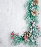 圣诞节和新年` s构成 杉木锥体、云杉的braChristmas和新年` s构成 锥体杉木 免版税库存图片