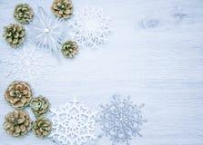 圣诞节和新年` s构成 杉木锥体,云杉 在木白色背景,顶视图的分支 免版税库存图片