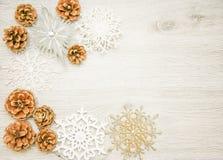 圣诞节和新年` s构成 杉木锥体,云杉 在木白色背景,顶视图的分支 库存图片