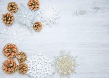 圣诞节和新年` s构成 杉木锥体,云杉 在木白色背景,顶视图的分支 免版税库存照片