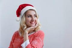 圣诞节和新年` s概念 一新年` s盖帽微笑的美丽的年轻白肤金发的妇女 对白色墙壁 免版税库存图片
