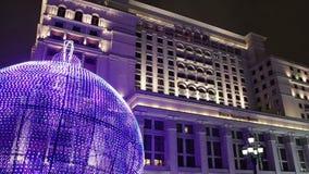 圣诞节和新年假日照明和老旅馆从Manege的Moskva在晚上摆正 莫斯科俄国 股票视频