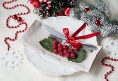 圣诞节和新年假日表设置 庆祝 圣诞晚餐的餐位餐具 被点燃的背景电灯泡色的装饰诗歌选节假日光 装饰 库存照片