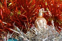 圣诞节和新年好闪亮金属片与圣诞老人和狗 库存图片
